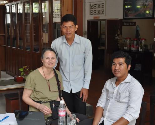 Ruth Atkin Etienne, adjointe au responsable de pôle Enfants et Etudiants s'entretenant à Phnom-Penh avec les étudiants.