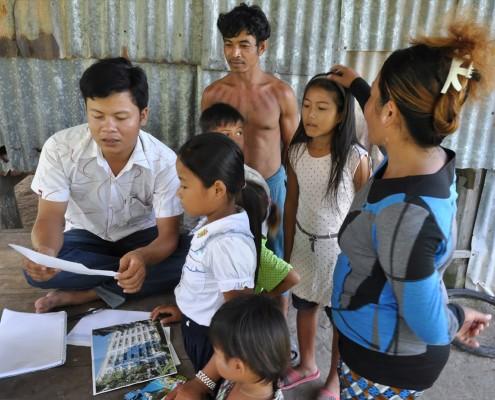Sambath Chhim , responsable du pôle Enfants et Etudiants au Cambodge, commentant un courrier d'une marraine à sa filleule