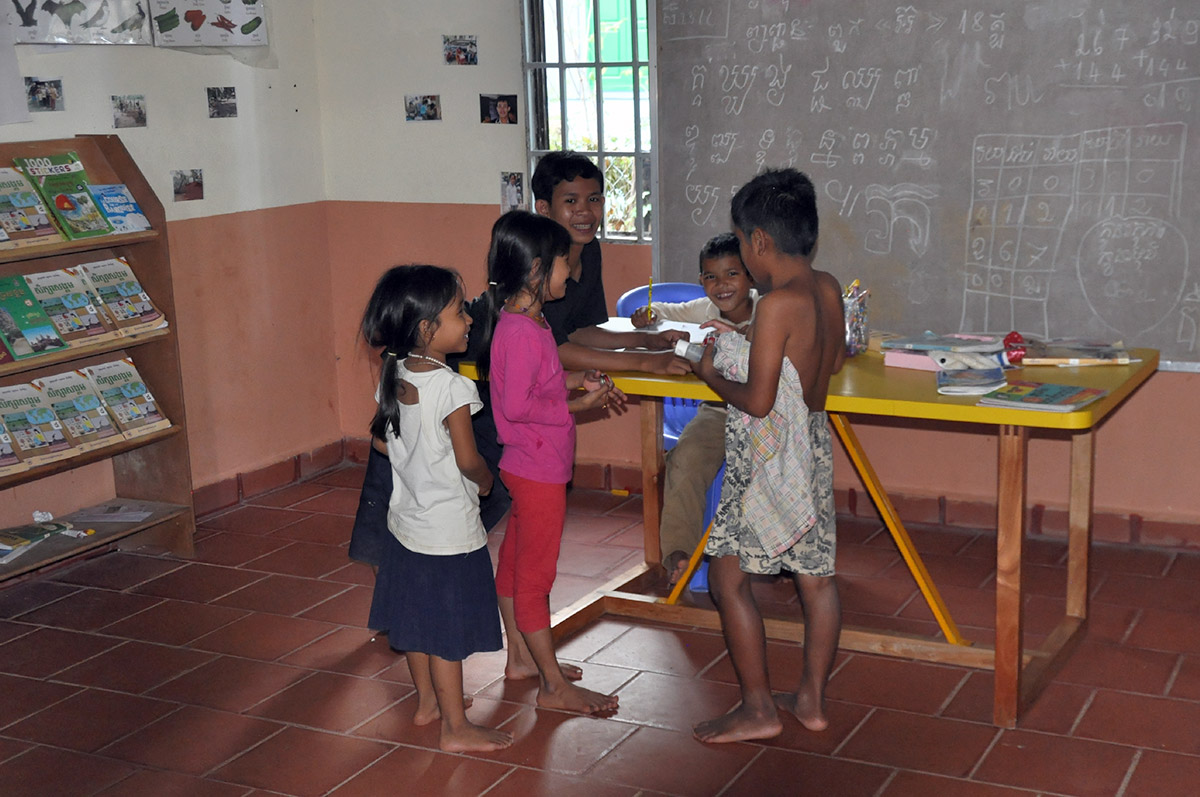 enfants dans la bibliothèque à la Maison des Sourires de Battambang