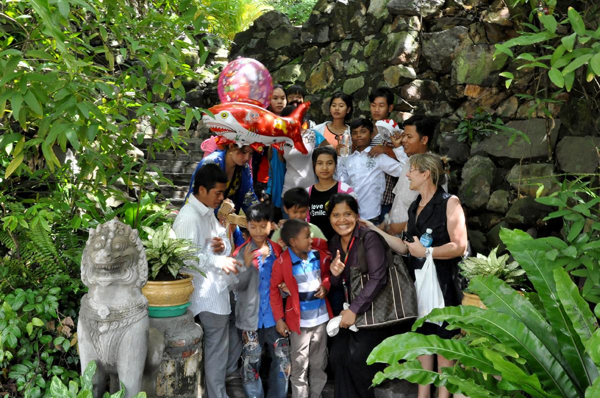 des enfants de la Maison des Sourires de Phnom-Penh au Palais Royal