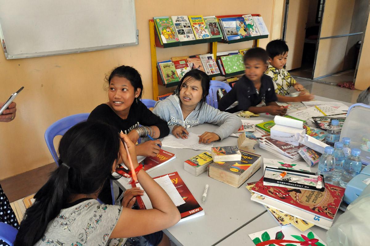 Activité de dessin à la Maison des Sourires de Phnom-Penh