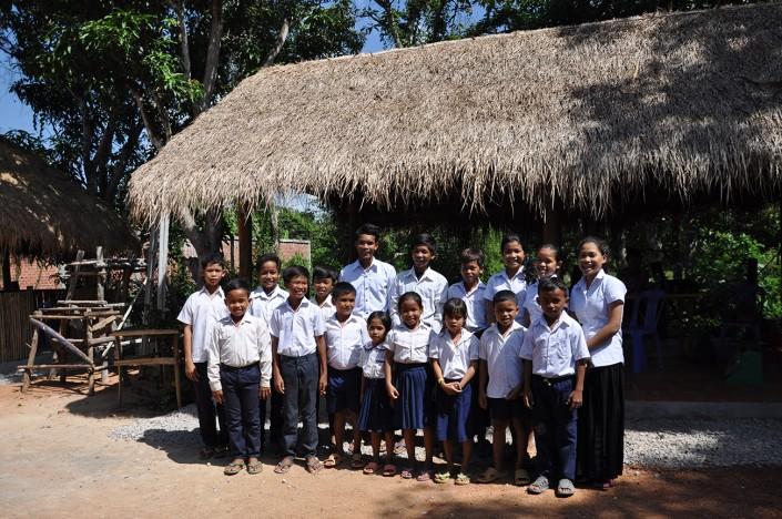 Les enfants devant le kiosque de la Maison des Sourires de Battambang