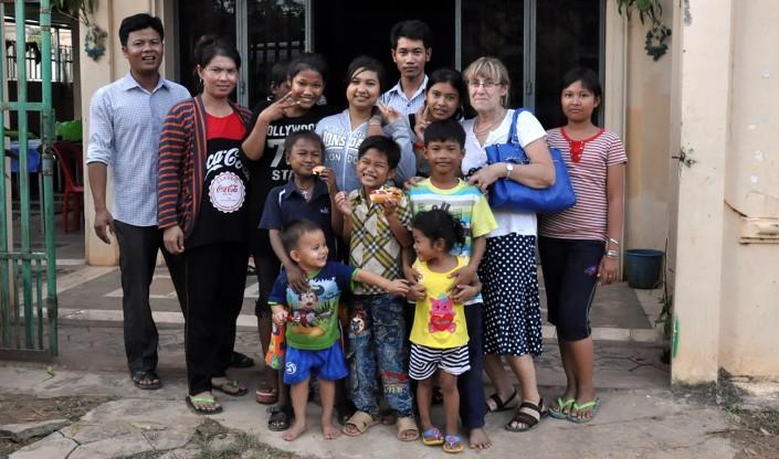 les enfants et notre relais central devant la Maison des Sourires de Phnom-Penh
